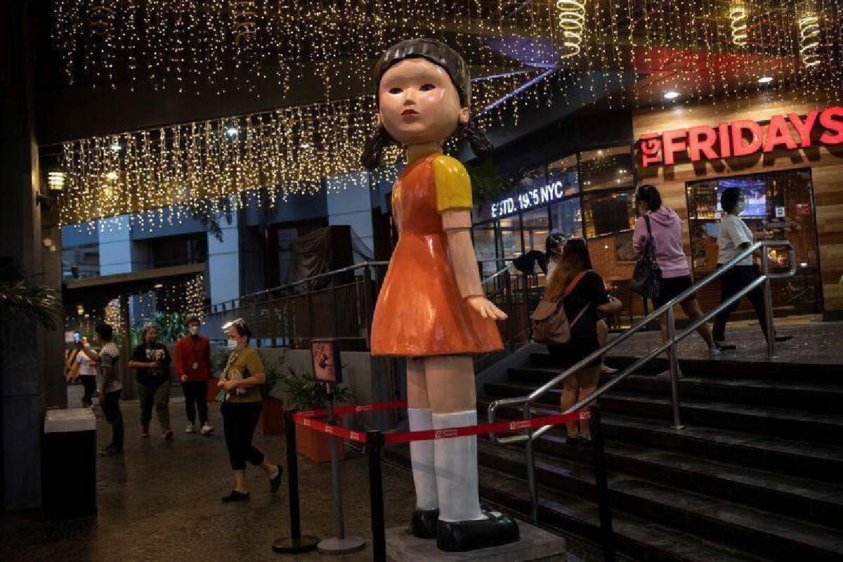 หุ่นตุ๊กตาเด็กผู้หญิง ซีรี่ส์ Squid Game ส่งสายตาทักทาย